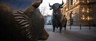 Bulle und Bär vor der Börse Frankfurt: Ein breit aufgestelltes Portfolio mit Qualitätsaktien, ausgewählten Unternehmensanleihen und Gold hilft durch die Unsicherheiten der Märkte.