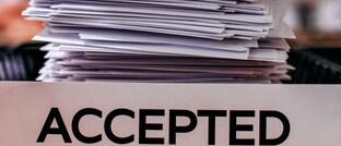 Antragsstapel: Der Maklerpool Fonds Finanz stellt seinen angeschlossenen Maklern nun einen BU-Einheitsantrag zur Verfügung.