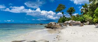 Strand auf den Seychellen. Im Inselstaat hat auch die Betrügerfirma Celestial Trading ihren Sitz.