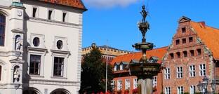 Marktplatz von Lüneburg, rund eine Stunde Fahrtzeit von Hamburg entfernt. Wer diesen Weg auf sich nimmt, spart laut Immowelt erheblich beim Hauskauf.