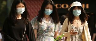 Einkaufsbummel mit Gesichtsmasken: Die Corona-Pandemie hat für ein ganz anderes Straßenbild gesorgt – und für verändertes Anlegerverhalten.