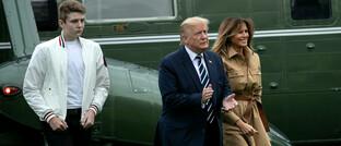 Donald Trump mit Sohn Barron und Frau Melania: In Meinungsumfragen liegt Joe Biden mit durchschnittlich 7 bis 8 Prozent vor dem amtierenden US-Präsidenten – kann Trump den Trend noch drehen?