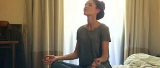Frau bei der Meditation: Obwohl immer mehr Menschen aufgrund psychischer Krankheiten berufsunfähig werden, nutzen nur die wenigsten die Präventionsangebote ihres BU-Versicherers.