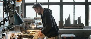 Handwerker bei der Arbeit: Viele BU-Anbieter orientieren sich beim Antrag mittlerweile nicht an der Berufsbezeichnung, sondern an den tatsächlich ausgeübten Tätigkeiten im Arbeitsalltag.