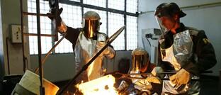Gießen von Goldbarren in einer russischen Manufaktur: Das Edelmetall bietet noch weiteres Aufwärtspotenzial, sagt Nicolas Johnson von Pimco.