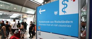 Hinweisschild für Reiserückkehrer am Flughafen Frankfurt