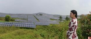 Touristin vor Solarkraftwert im chinesischen Rizhao: Die Aktien der Solarbranche sind nach langer Finsternis wieder zurück im Licht.