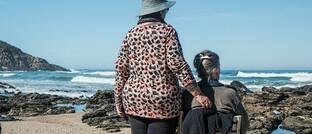"""Rentnerinnen am Strand: Wenn die Rentenhöhe dauerhaft stabil bleiben soll, gehe der Bund """"beträchtliche Haushaltsrisiken"""" ein, warnt der Rechnungshof."""
