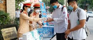 Verkehrspolizisten und Studenten in Hanoi