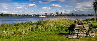 Senioren auf einer Parkbank an der Alster in Hamburg: Je nach Region bleibt den Rentnern unterschiedlich viel Geld zum Leben.