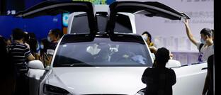 Türen hoch, Aktienkurs runter: Tesla-Modell auf einer Messe in Peking.