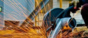 Metallbauer bei der Arbeit: Kurzarbeit bedeutet für Arbeitnehmer nicht nur weniger Gehalt, sondern auch weniger Rente.