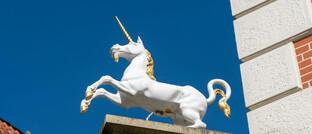 Fabelhaftes Einhorn als Skulptur in der Innenstadt von Lüneburg: Auch besonders wertvolle Start-up-Unternehmen werden als Einhorn bezeichnet.