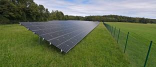 Solarpark im Unterallgäu: Wenn Anleger auf einzelne, als nachhaltig geltende Branchen setzen, gehen sie ein hohes Risiko ein, sagt Helge Peukert. Eine zu breite Streuung findet der Ökonomie-Professor allerdings auch nicht gut.