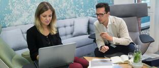 Beratungsgespräch: Der Maklerpool Blau Direkt bietet eine Software an, die Makler bei der Kundenansprache unterstützen soll.