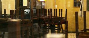 Ein aufgrund der Corona-Pandemie vorübergehend geschlossenes Restaurant in Berlin: Die Bundesregierung sieht keine Versäumnisse der Versicherer bei pandemiebedingten Betriebsschließungen.