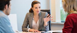 Beratungsgespräch: Viele Kunden finden Banken wenig vertrauenswürdig. Den Tipps ihres persönlichen Beraters würden sie aber folgen.