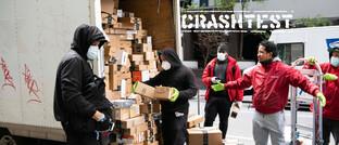 Kurierfahrer mit Amazon-Paketen in New York: Der Online-Versandhändler – eine der Top-Positionen im Portfolio beider Crashtest-Sieger – steigerte den Umsatz während des Corona-Lockdowns um 40 Prozent.
