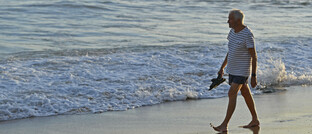 Rentner beim Strandspaziergang: In vielen Ländern können Menschen heutzutage davon ausgehen, dass sie 60 Jahre oder älter werden.
