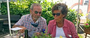 Rentnerpaar auf der Terrasse eines Restaurants im Allgäu