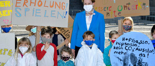 Familienministerin Franziska Giffey mit Kindern vor den Reichstag in Berlin am Weltkindertag