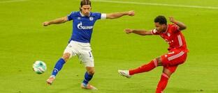 Serge Gnabry (rechts) von FC Bayern München trifft zum 1:0 gegen Schalke 04: Seit dem 18. September läuft die neue Bundesliga-Saison.