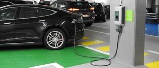 Auto an einer Ladestation: Elektromobilität ist inzwischen im täglichen Leben vieler Menschen angekommen.