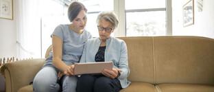 Frauen unterschiedlicher Generationen mit iPad: Ruheständler wollen mehrheitlich ihr Geld vor allem für sich selbst verwenden anstatt es für die Erben aufzusparen, hat eine Studie ergeben.