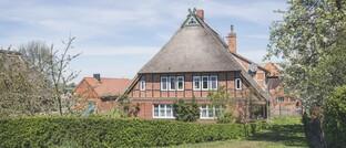 Reetdachhaus in Niedersachsen: Mieter, die einen Immobilienerwerb in Erwägung ziehen, bevorzugen ein ländliches Umfeld mit bis zu 5.000 Einwohnern oder eine Stadt mit höchstens 50.000 Einwohnern.