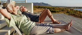 Senioren sonnen sich auf der Terrasse einer Strandvilla: Die Garantien in der Riester-Rente sind nicht mehr zeitgemäß. Welche Alternativen es gibt, erläutern drei Branchenexperten.