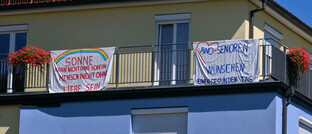 Transparente am Balkon eines Pflegeheims in Bad Wörishofen