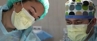Ärzte im Krankenhaus: Sowohl privat als auch gesetzlich Krankenversicherte sind mit den Leistungen des deutschen Gesundheitssystems sehr zufrieden.