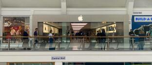 Kunden stehen vor dem Apple Store in Brighton Schlange: Obwohl die Läden zeitweise geschlossen waren, verzeichnet der iKonzern wohl auch in diesem Jahr steigende Umsätze.