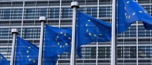 Europa-Flaggen vor dem Brüsseler Berlaymont-Gebäude, Sitz der Europäischen Kommission: Die EU-Vertreter streben eine engere Zusammenarbeit zwischen den europäischen Kapitalmärkten an.