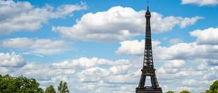 Eiffelturm in Paris, im Vordergrund die Seine