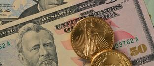 Zwei Goldmünzen (im Gewicht von je einer Feinunze) im Wert von jeweils 1.700 Euro: Der Silberpreis könnte künftig noch schneller steigen als der Goldpreis.