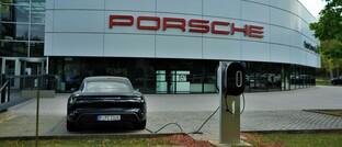 Porsche Taycan an einer Strom-Ladesäule: Die Zuffenhausener Sportwagenschmiede hat im vergangenen Jahr einen grünen Schuldschein emittiert; der Erlös fließt unter anderem in die Entwicklung elektrischer Fahrzeuge.