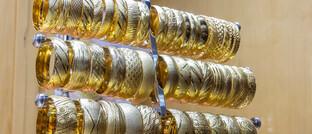 Goldschmuck im Schaufenster eines Juweliers