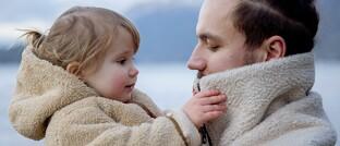 Vater mit Tochter: Falschangaben des Vaters zum Gesundheitszustand der Tochter können ihr den BU-Schutz kosten.