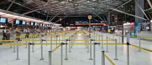 Leere Check in-Schalter am Flughafen Palma de Mallorca