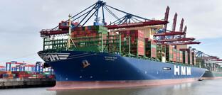 Containerschiff im Hafen von Hamburg: Die Frachtraten für Frachter sind zuletzt wieder kräftig gestiegen.