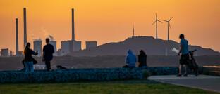 Kohlekraftwerk neben Windkraftanlagen im Ruhrgebiet