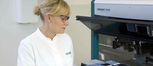 Laborantin mit der automatisierten Lösung eines deutschen Medizintechnikherstellers zur flexiblen Untersuchung von Patientenproben