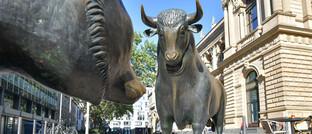 Bulle und Bär vor der Deutschen Börse in Frankfurt
