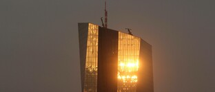 Die Abendsonne spiegelt sich im Frankfurter Sitz der Europäischen Zentralbank