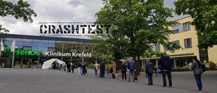 Warteschlange vor einem Corona-Schnelltest-Zelt in Krefeld
