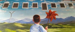 Wandgemälde mit Kind und Windrädern