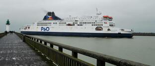 Fähre, die das französische Calais mit dem britischen Dover verbindet