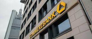 Commerzbank-Schriftzug, im Hintergrund der Firmensitz in Frankfurt