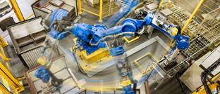 Produktionsroboter im Varta-Wert in Dischingen, Baden-Württemberg